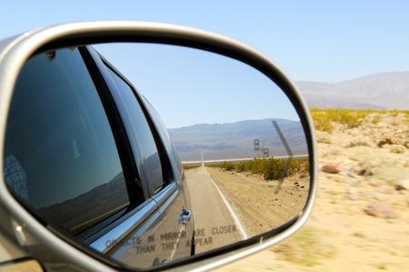 retrovisor: Reflexi�n Camino Recto en el espejo de coche, Nevada, EE.UU. Foto de archivo
