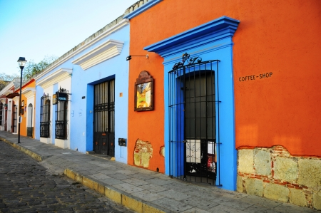 casa colonial: Calle t�pica vieja vac�o en Oaxaca, M�xico