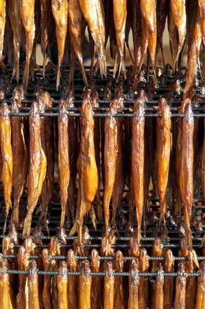 industria alimentaria: Fr�a el pescado ahumado. Industria de Alimentos. Foto de archivo