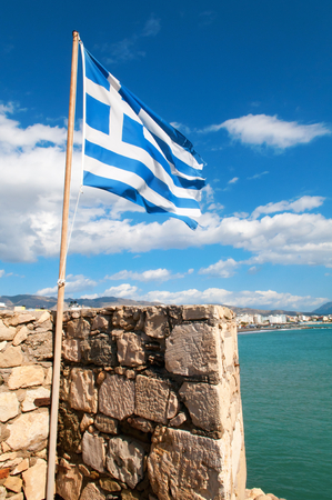 kreta: Greek Flag over Kales fortress at Ierapetra city, Crete island, Greece