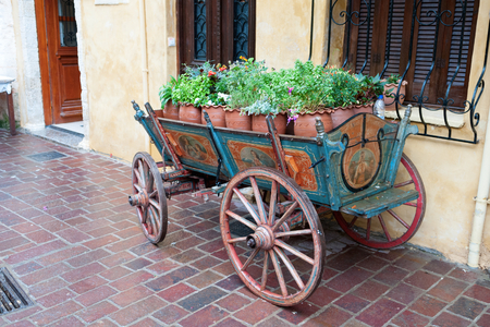 mano anziano: Old hand painted horse carriage full of flowers