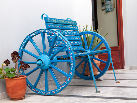 mano anziano: Old hand painted bench -carriage