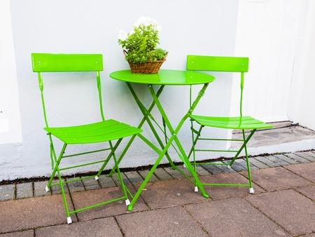 portative: Brillante Cafe verde tavolo e sedie a Reykjavik in Islanda