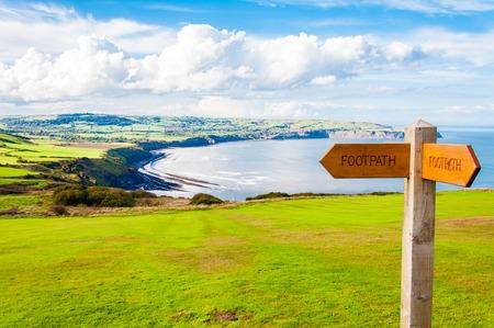 Fußweg Richtung Zeichen in der englischen Landschaft Standard-Bild