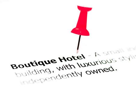 boutique hotel: Palabras Boutique Hotel puestas en papel blanco con marcador rojo, copia espacio disponible, concepto de negocio