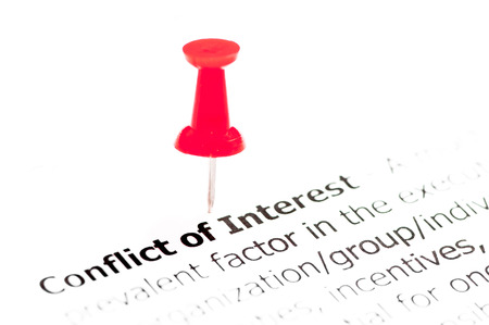 言葉の利害を白い紙に赤い画鋲、コピーの空き、ビジネス コンセプトで固定 写真素材