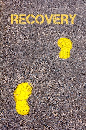 回復メッセージ、健康的な生活の概念イメージに向かって歩道に黄色の足跡