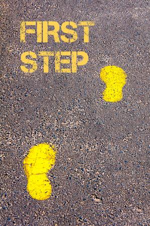 first step: Yellow Spuren auf B�rgersteig erste Schritt in Richtung Bild message.Concept