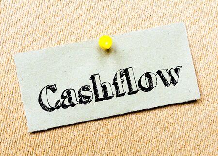 cashflow: Reciclado nota de papel clavado en tarjeta del corcho. Mensaje Cashflow. Concepto de imagen Foto de archivo