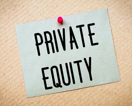 equidad: Reciclado nota de papel depositado en el tabl�n de corcho. Mensaje Private Equity. Concepto de imagen