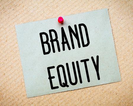 equidad: Reciclado nota de papel depositado en el tabl�n de corcho. Mensaje Brand Equity. Concepto de imagen