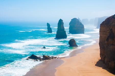 route: Les Douze Ap�tres, une c�l�bre collection de calcaire empile large de la c�te du parc national de Port Campbell, par la Great Ocean Road � Victoria, en Australie. Banque d'images