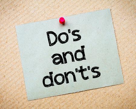 Do とのメッセージはありません。リサイクル紙のノートはコルク板に固定されます。コンセプト イメージ 写真素材