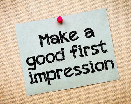 paper note: Hacer una primera impresi�n buena Mensaje. Reciclado nota de papel depositado en el tabl�n de corcho. Concepto de imagen Foto de archivo