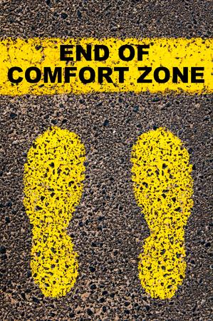 Einde van Comfort Zone bericht. Conceptueel beeld met gele verf voetstappen op de weg in de voorkant van de horizontale lijn over asfalt steen achtergrond.
