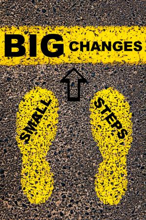Malé kroky velké změny zpráv. Konceptuální obrázek se žlutou barvou kroky na silnici před vodorovná čára nad asfalt kamenné pozadí. Reklamní fotografie