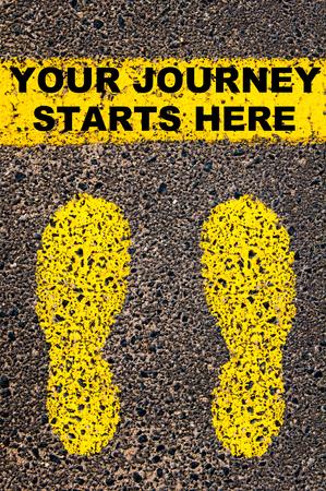 Conceptueel beeld met gele verf voetstappen op de weg in de voorkant van de horizontale lijn over asfalt steen achtergrond. Bericht Uw reis begint hier.