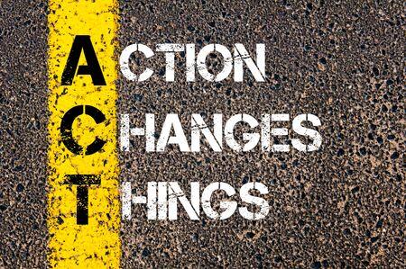 plan de accion: Acci�n cambia las cosas - ACT Concept. Imagen conceptual con la l�nea de pintura amarilla en la carretera sobre el fondo de piedra asfalto.