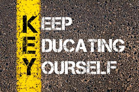 自分は教育 - 重要な概念。道路アスファルト石の背景の上に黄色塗装ラインをイメージ。
