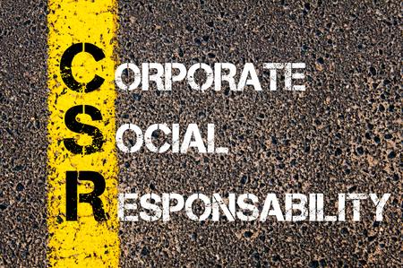 頭字語 CSR 企業の社会的責任。 道路アスファルト石の背景の上に黄色塗装ラインのビジネス概念図。