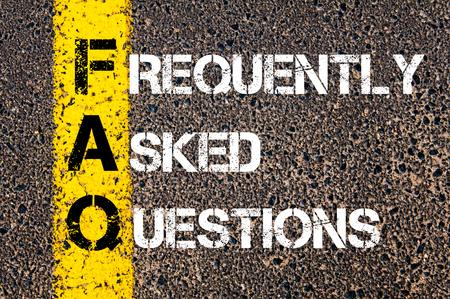 Acroniem FAQ - Veel gestelde vragen. Zaken Conceptueel beeld met gele verf streep op de weg over asfalt steen achtergrond.