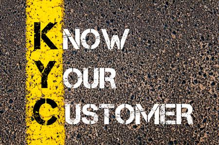 ビジネス略語 KYC - は、あなたの顧客を知っています。 アスファルトの背景に対して、道路上の黄色塗装ライン。概念図