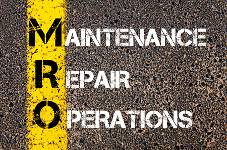 mantenimiento: Empresas Acrónimo MRO - mantenimiento. Línea de pintura amarilla en el camino contra el fondo de asfalto. Imagen conceptual Foto de archivo