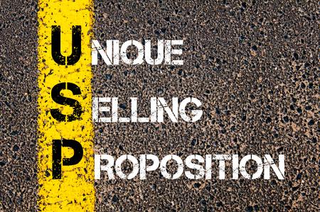 ビジネスとしてユニークな販売命題 USP の頭字語。 アスファルトの背景に対して、道路上の黄色塗装ライン。概念図 写真素材
