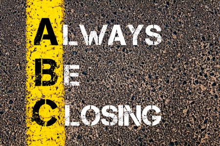 Acrónimo de Empresas ABC como Siempre estar cerrando. Línea de pintura amarilla en el camino contra el fondo de asfalto. Imagen conceptual Foto de archivo