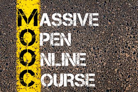 ビジネスの頭字語 MOOC 大規模なオープン オンライン コースとして。 アスファルトの背景に対して、道路上の黄色のペンキ ライン。概念図 写真素材