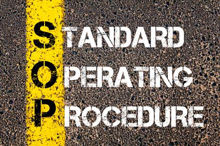 Negocios Acrónimo SOP como procedimiento operativo estándar. Línea de pintura amarilla en el camino contra el fondo de asfalto. Imagen conceptual