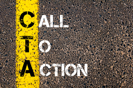 アクションへの呼び出しとして CTA の頭字語。 アスファルトの背景に対して、道路上の黄色塗装ライン。概念図