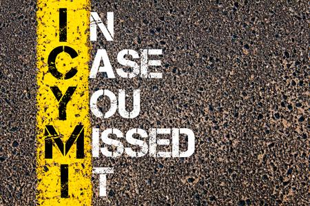 頭字語 ICYMI 場合のようにあなたはそれを逃した。 アスファルトの背景に対して、道路上の黄色塗装ライン。概念図