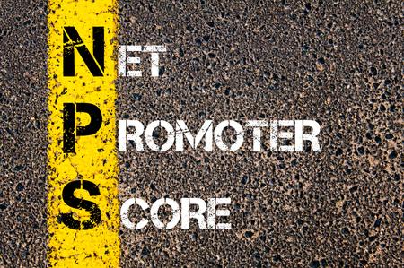 비즈니스 약어 NPS as NET PROMOTER SCORE. 아스팔트 배경 도로에 노란색 페인트 선. 개념적 이미지 스톡 콘텐츠
