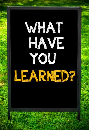 lernte: Was haben Sie gelernt? Nachricht auf B�rgersteig Tafel Zeichen gegen gr�ne Gras Hintergrund. Kopieren Raum zur Verf�gung. Konzeptbild Lizenzfreie Bilder