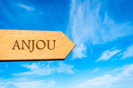 anjou: Muestra de la flecha de madera destino apunta Anjou, Francia contra el cielo azul con copia espacio disponible