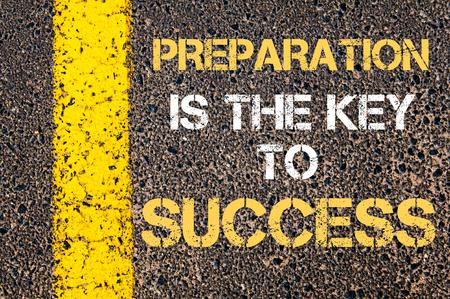 La preparazione è la chiave del successo citazione motivazionale. Vernice linea gialla sulla strada contro sfondo asfalto