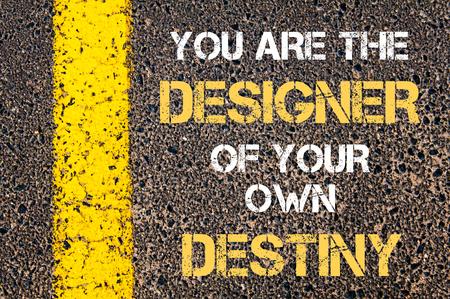 Usted es el diseñador de su propio destino cita de motivación. Línea de pintura amarilla en el camino contra el fondo de asfalto