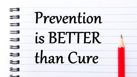 dann: Vorbeugung ist besser als Heilung Text auf Notebook-Seite geschrieben, roten Stift auf der rechten Seite