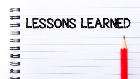 lernte: Lessons Learned Text auf Notebook-Seite geschrieben, roten Stift auf der rechten Seite Lizenzfreie Bilder