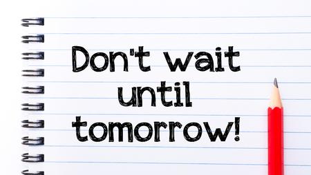 No espere hasta Mañana texto escrito en la página del cuaderno, lápiz rojo a la derecha. Foto de archivo - 39822717