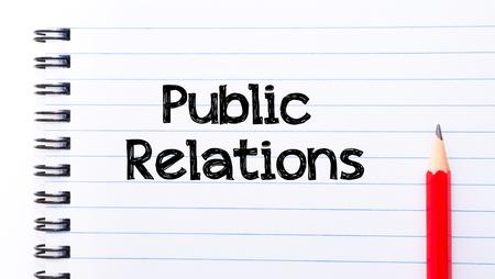 relaciones publicas: Texto de relaciones públicas por escrito en la página del cuaderno, lápiz rojo a la derecha