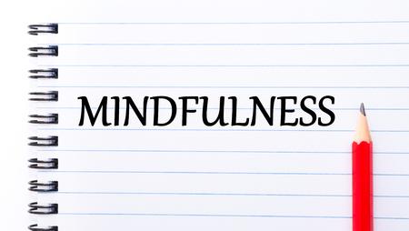 mindfulness: Mindfulness tekst geschreven op notebook pagina, rood potlood op de rechter