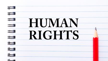 diritti umani: Diritti umani del testo scritto sulla pagina notebook, matita rossa sulla destra. Concetto di immagine Archivio Fotografico
