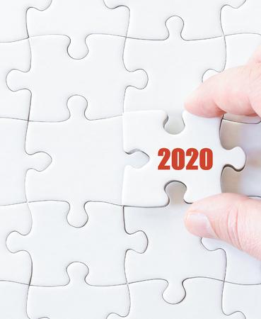 2020 年までに行方不明ジグソー パズルのピース。ビジネス コンセプト画像パズルを完了するため。