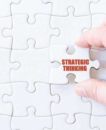 pensamiento estrategico: Última pieza del rompecabezas con las palabras el pensamiento estratégico. Imagen del concepto Foto de archivo