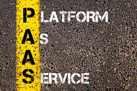 par�?s: Imagen del concepto del acr�nimo negocios PAAS como plataforma como servicio escrito m�s marcado l�nea de pintura amarilla carretera.