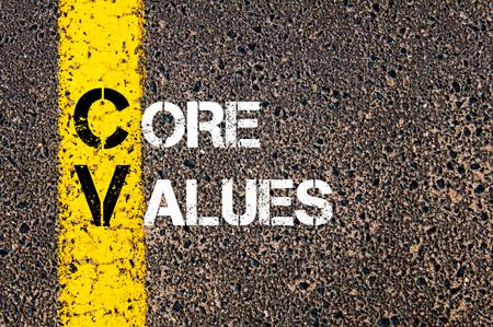 nucleo: Imagen del concepto del acrónimo negocios CV VALORES FUNDAMENTALES escritos sobre el marcado línea de pintura amarilla carretera.