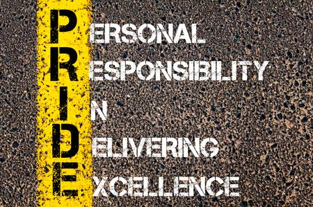 responsabilidad: Imagen del concepto de negocio Acrónimo ORGULLO como RESPONSABILIDAD PERSONAL EN ENTREGA DE EXCELENCIA escrito más marcado línea de pintura amarilla carretera. Foto de archivo