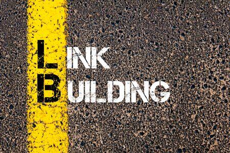 Concept beeld van bedrijf Acroniem LB als link building overschreven wegmarkering gele verf lijn.